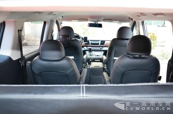 在不装载轮椅时,还可通过侧翻座椅布置仍能保证第三排正常载客,真正图片
