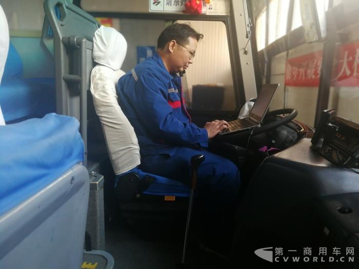玉柴技术专家陈柏全在现场检测车辆.jpg