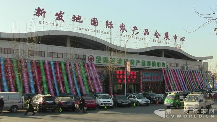 日前,第一商用车网来到北京新发地农产品市场走访发现,近几个月的物流运价相比高峰期大幅下滑,卡车司机们叫苦连天,感慨生意不好做,却又脱身乏术。