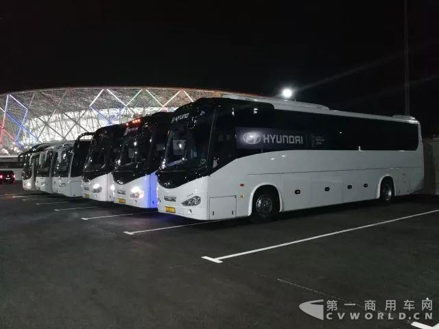 伏尔加格勒,金龙客车在场外静侯队员及球迷.jpg