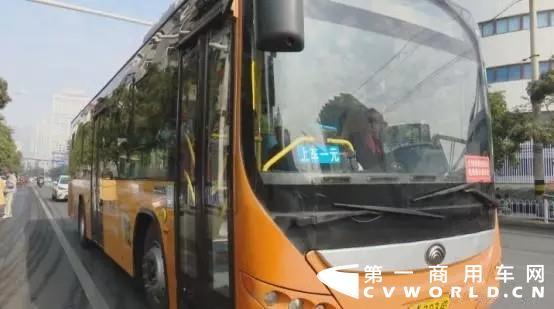 近日,重庆万州公交车坠江事件原因公布,车内一名女乘客因错过下车地点与驾驶员发生争吵,两次持手机攻击驾驶员,和驾驶员互殴,导致车辆失控坠江。这一结果令人感到痛心。这起事故原因被报出以后,全国多家公交企业,陆续出台了对驾驶员规范、以及要在公交车内安装防隔门。