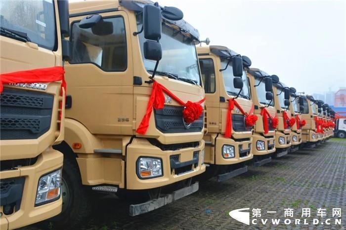 淅沥小雨不减提车热情,3月9日,深圳中集专用车有限公司举行了40辆新型智能渣土车批量交付仪式。本次交付车辆的底盘由陕汽生产。