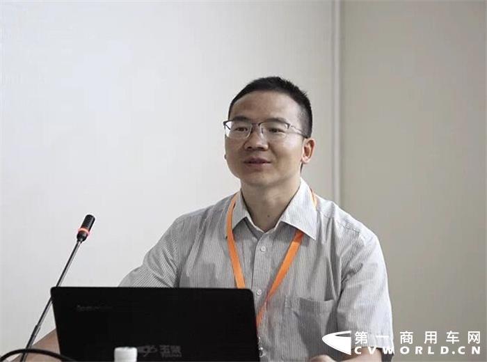5月29日,在北京国际道路运输展期间,由中国汽车工业协会车用发动机分会主办的发动机增程式技术发展专题研讨会同期举办。中国工业协会、清华大学以及吉利汽车、广西玉柴等多位专家和企业领导,出席了此次会议。会议现场,针对发动机增程式技术的开发应用、技术难点以及未来发展趋势,各位专家进行了热烈的讨论。