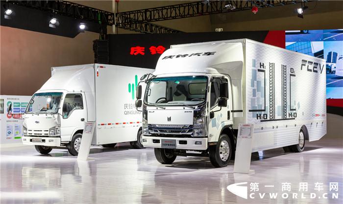 """6月5日,以""""青春狂欢,潮流至上""""为主题,为期一周的2019重庆车展在重庆国际博览中心(重庆·悦来)拉开帷幕。毫无意外,作为东道主的庆铃汽车携GIGA巨咖2020版、700P氢燃料车、TΛGΛ达咖运动版皮卡、EV100纯电动车和100P、KV100、KV600轻卡等共7款创新精品闪亮登场。"""