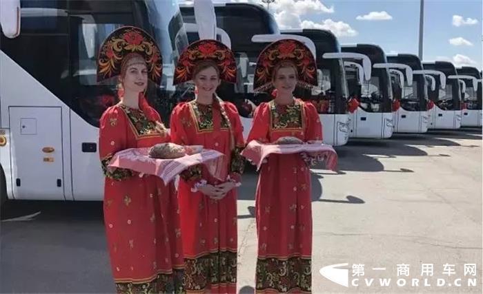 """毫无疑问,中俄两国的政治互信正在走深走实,经济合作也渐宽渐稳。这除了国家层面的密切交往外,也离不开各领域的深入交流与合作,其中中国客车在俄罗斯的表现就十分抢眼,宇通更是凭借优秀品质与服务在俄罗斯形成了特有的""""宇通风景""""。"""