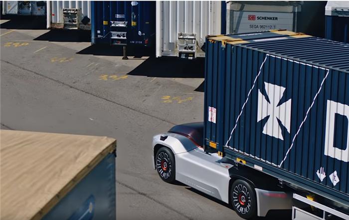 近年来,沃尔沃一直在大力开发自动驾驶卡车,甚至还将其部分产品投入使用,其中包括瑞典垃圾收集车和挪威矿山重载车辆。其最新的自动驾驶卡车Vera即将开始其首次任务,在瑞典哥德堡的港口码头周围运输货物。虽然之前的自动驾驶汽车看起来像普通卡车,只是车的内部会安装智能车部件但本体上还是卡车。