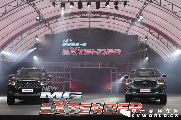 """上汽泰国公司互联网皮卡EXTENDER (即上汽MAXUS T70车型)全新上市。继今年3月宽体轻客V80泰国上市形成热销之后,上汽MAXUS(迈克萨斯)再次以T70皮卡车型进军该市场。这是上汽集团集合国际化的""""硬核""""产品实力,协同本地化强势渠道资源,重拳出击泰国市场的又一重要举措。"""
