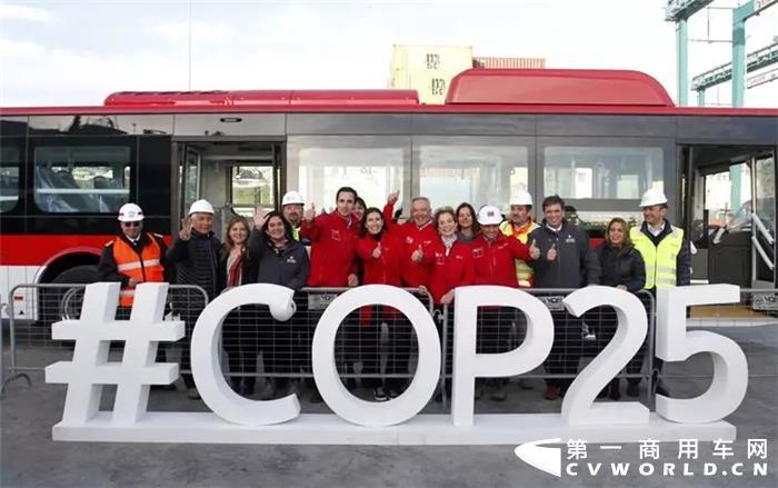 最近,比亚迪又在智利搞了件大事——经过31天的海上航行,第二批共计100辆比亚迪电动巴士终于在智利圣安东尼奥港成功登陆。智利人民穿上鲜艳的小背心,到港口夹道欢迎。