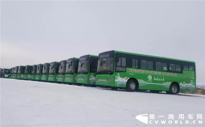 在初冬的风雪中,内蒙古呼伦贝尔迎来了90辆金龙纯电动公交车,包括60辆XMQ6802G和30辆XMQ6106G,这是截至目前呼伦贝尔市海拉尔区迎来的首批纯电动公交车,是呼伦贝尔市的民生工程,也是海拉尔区绿色交通的重大里程碑,代表着这座著名的草原之城电动化公交时代的真正到来。