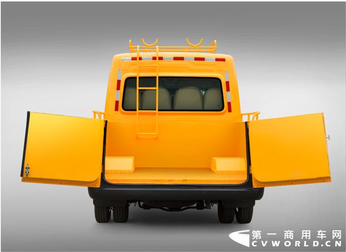"""11月29日,轻客市场再度传来大单交付喜讯,江淮星锐工程车成功批量交付电力工程行业。此次交付的车型是有着""""城市工程服务专家""""之称的星锐工程车,交付之后将用于湖北省的电力工程维修维护工作,为当地居民提供更加快捷周到的服务质量。"""