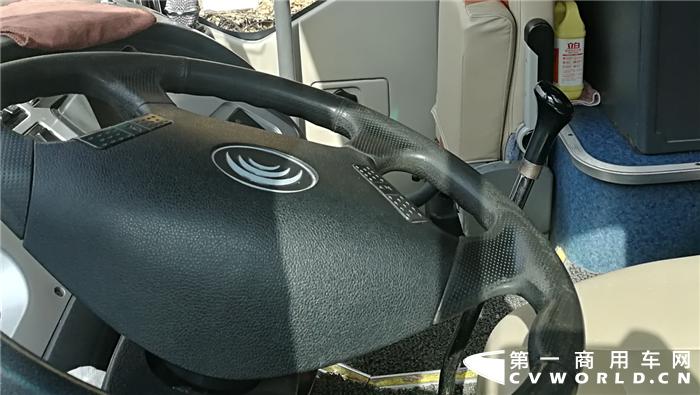 """""""车子好不好,关键得看发动机怎样,因为发动机是一款车的心脏。我认为,在国内发动机领域,玉柴机器生产的发动机品质过硬,在动力性、经济性与出勤率方面都有着不错的表现,运输效率高,我们圈内很多客运司机对玉柴发动机的评价都比较高。"""""""