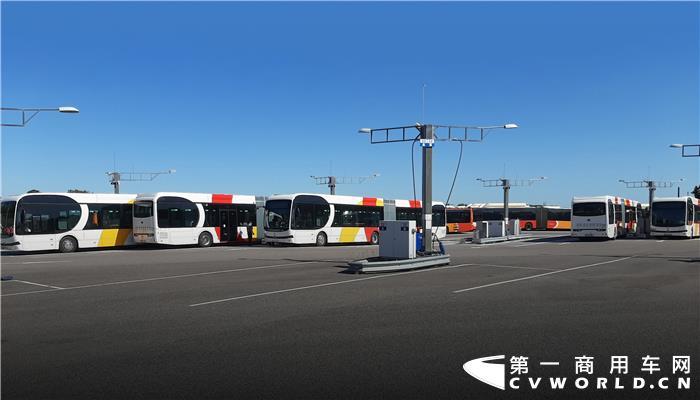 继上个月在西班牙首都马德里交付首批15辆纯电动大巴后,近日,比亚迪在北欧又传来好消息。当地时间6月15日,比亚迪向北欧最大公共交通运营商Nobina一次性交付34辆纯电动大巴。这些车辆将全部发往瑞典,其中18辆18米纯电动铰接大巴将投入东南部城市林雪平(Linköping)使用,16辆12米大巴在哈兰省(Halland)运营。