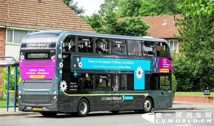 当地时间7月13日,比亚迪联袂英国著名巴士制造商亚历山大•丹尼斯(ADL)向当地公交运营商National Express交付29辆纯电动双层大巴,助力该公司打造其首批纯电动零排放公交车队。首批19辆双层大巴已投入英国第二大城市伯明翰运营,其余10辆将于今年秋天投入英格兰中部的考文垂市使用。