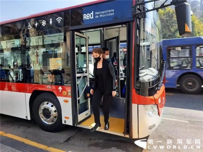 8月15日,一辆辆红白相间、只见其影,未闻其声的公交车出现在智利圣地亚哥街头,并载满乘客,驶进了四通八达的交通网中。这是第一批福田欧辉纯电动公交车正式投入当地运营的场景。