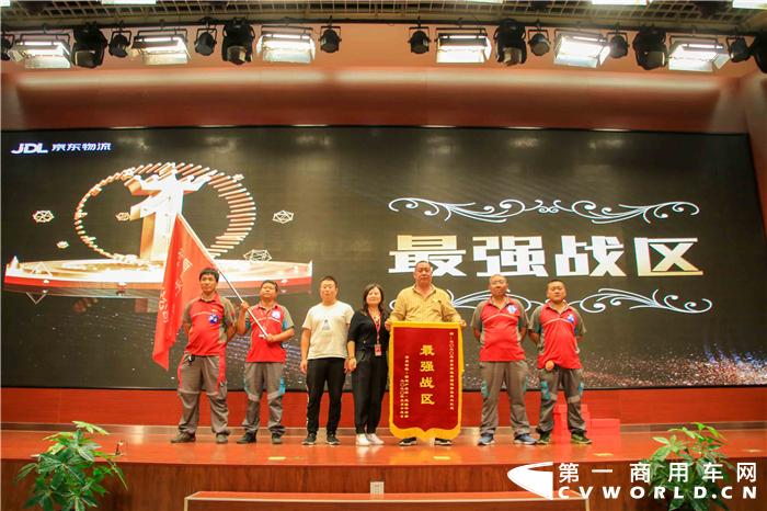 9月13日,2020年京东物流全国运输技能大赛在北京盛大开赛,七大赛区的28位选手携手赛事用车福田欧马可一同在赛场上拼搏,最终来自华北区的选手郑洋和陈国山脱颖而出,获得4.2米轻卡组冠军。