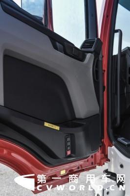 4.曼恩全新一代TG系列卡车在驾驶员侧车门内侧安装了灵控系统(EasyControl),集成四个控制按键,方便驾乘人员控制某些特定的功能.jpg