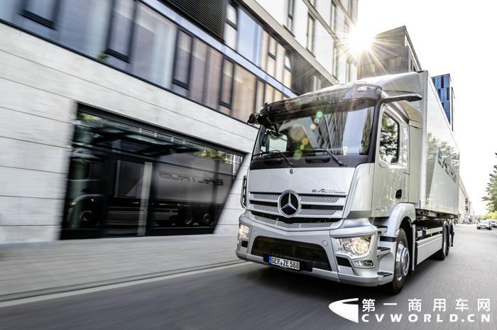 1. 量产梅赛德斯-奔驰eActros纯电动卡车首秀,推动运输业向碳中和转型.jpg
